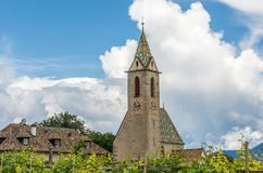 Die Kirche von Castelvecchio, gelegen bei 612 m asl, ist die höchste lokalisierte Stelle, die Caldaro, Süd-Tirol, Trentino Alto A stockfotos