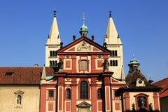 Die Kirche von St. JiÅ™Ã, Prag-Schloss, alte Häuser, Prag, Tschechische Republik Lizenzfreie Stockbilder