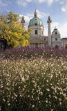 Die Kirche von Str. Charles mit Blumen Stockfotografie