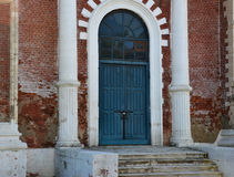 Die Kirchentür und die alte Backsteinmauer Stockbilder