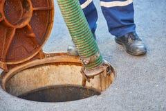 Die Klärgrube, die Abwasserkanäle säubernd leeren lizenzfreies stockbild