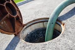 Die Klärgrube, die Abwasserkanäle säubernd leeren lizenzfreie stockfotos