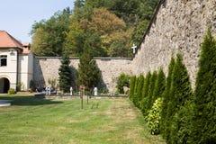 Die klösterliche Wand im orthodoxen Kloster Jazak in Serbien Stockbilder