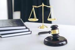 Die Klage des Rechtsanwalts, Gesetzbücher, ein Hammer und Skalen von Gerechtigkeit auf einem w stockfoto