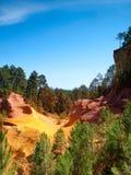 Die klaren roten ockerhaltigen Klippen in Roussillon, Frankreich Stockfotografie