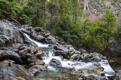 Die klaren Wasserströme durch das Tal Stockfotos