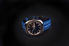 Die klassische Uhr der alten Männer mit blauem Bügel auf Schwarzem Lizenzfreie Stockbilder