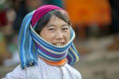 Die Kleider der Frauen der ethnischen Minderheit, an altem Dong Van-Markt lizenzfreies stockfoto