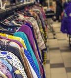 Die Kleidung der Frauen, die an den Aufhängern hängt lizenzfreies stockbild
