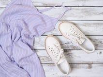 Die Kleidung der Frauen, Schuhlavendelkleid, weiße lederne Turnschuhe Modeausstattung, Frühjahr-Sommer Kollektion Fahrwerkbeine u lizenzfreie stockbilder