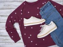 Die Kleidung der Frauen, Schuhsweatshirt, weiße lederne Turnschuhe, Jeans Modeausstattung, Frühjahr-Sommer Kollektion Fahrwerkbei lizenzfreie stockfotos