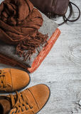 Die Kleidung der Frauen und Zubehör - Rock, Rollkragen, Schal, Schuhe, Tasche Lizenzfreie Stockfotos