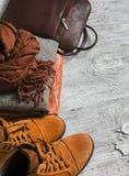 Die Kleidung der Frauen und Zubehör - Rock, Rollkragen, Schal, Schuhe, Tasche Lizenzfreie Stockfotografie
