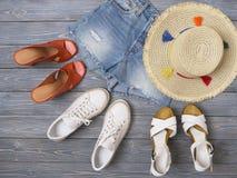Die Kleidung der Frauen, Zusätze, Schuhdenimkurze hosen, Strohhut, Sandalen, Turnschuhe Modeausstattung, Frühjahr-Sommer Kollekti lizenzfreie stockbilder