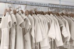 Die Kleidung der Kinder machte von den natürlichen Geweben hängt an den Aufhängern stockbilder