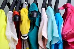 Die Kleidung der mehrfarbigen Frauen, die am Aufhänger verticalcloth hängt Lizenzfreies Stockbild