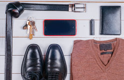 Die Kleidung und das Zubehör der Männer auf dem hölzernen rustikalen Hintergrund Stockfotografie