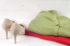 die Kleidung und die Schuhe der Frauen Stockfotografie