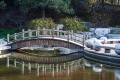 Die kleine Brücke über einem Teich Stockbilder
