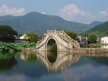 Die kleine Brücke von Hongcun in China Lizenzfreie Stockfotos