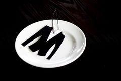 Die kleine Jacke wird vom Samtpapier geschnitten Auf der Platte die auf dunklem hölzernem Hintergrund steht Lizenzfreie Stockfotografie