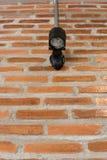 Die kleine Lampe auf der Ziegelsteinwand stockbilder