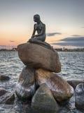 Die kleine Meerjungfrau als die Sonnensätze Lizenzfreie Stockfotografie