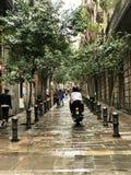Die kleine Straße von Barcelona nach einem auslaufenden Regen stockfoto