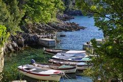 Die kleinen Boote beim Umgeben von Glavotok-Kloster am 2. Mai 2017 Die Insel von Krk, Kroatien Lizenzfreie Stockfotos