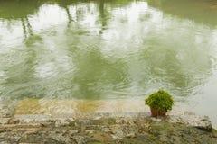 Die kleinen Brücken und das flüssige Wasser Stockbild