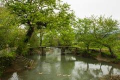 Die kleinen Brücken und das flüssige Wasser Stockfoto