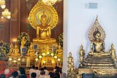 Die kleinen buddhistischen Statuen, die gesetzt wurden vor, wo die Leute im Gebet oder in der religiösen Feier sitzen Lizenzfreie Stockbilder