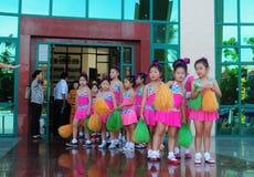 Die kleinen Mädchen, die bereit sind, in die Kinder zu tanzen, zeigen in Saigon, Vietnam Stockfotografie