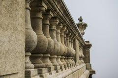 Die kleinen Säulen, die einen alten mit der Eisenbahn befördernden SteinVase stützen, formten Dekoration in Buda-Palast, Budapest stockfotografie