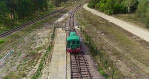 Die kleinen sich fortbewegenden Bewegungen entlang der Eisenbahn im Wald, die Bewegung des Zugs wird vom Brummen gefilmt E stock footage