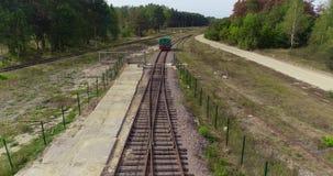 Die kleinen sich fortbewegenden Bewegungen entlang der Eisenbahn im Wald, die gr?nen sich fortbewegenden Bewegungen entlang der W stock video