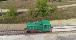 Die kleinen sich fortbewegenden Bewegungen entlang der Eisenbahn im Wald, die gr?nen sich fortbewegenden Bewegungen entlang der W stock video footage