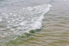 Die kleinen Wellen, die auf dem tropischen Meer, der Natur und dem ruhigen sich bilden Lizenzfreies Stockfoto