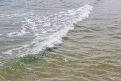 Die kleinen Wellen, die auf dem tropischen Meer, der Natur und dem ruhigen sich bilden Lizenzfreie Stockfotografie