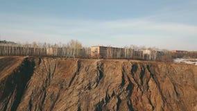Die Klippe über dem sibirischen Gebirgsfluss stock video