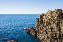 Die Klippe mit dem Meer in Riomaggiore Stockfotos