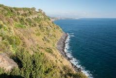 Die Klippe nannte Timpa nahe Acireale, in der Ostküstenlinie von Sizilien Stockfotos