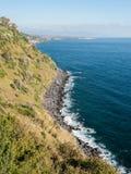 Die Klippe nannte Timpa nahe Acireale, in der Ostküstenlinie von Sizilien Stockfoto