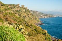 Die Klippe nannte ` Timpa-` nahe Acireale, in der Ostküstenlinie von Sizilien Lizenzfreie Stockfotografie