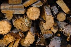 Die Klotz werden in einer hölzernen brennenden Schüssel gestapelt stockfoto