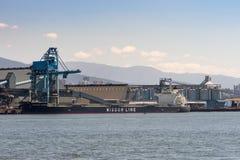 Die Klugheits-Linie Massengutfrachter in Vancouver-Hafen Stockbild