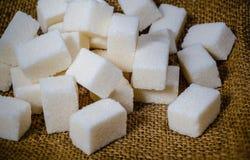 Die Klumpen des Zuckers auf Sackleinen lizenzfreies stockbild