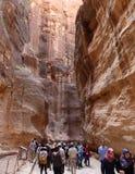 Die 1 2km langer Weg (wie-Siq) zur Stadt von PETRA, Jordanien Lizenzfreie Stockfotos