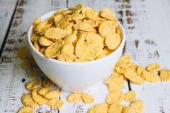 Die knusperigen Corn-Flakes in einer Schüssel lizenzfreie stockbilder