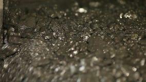 Die Kohle auf der vibrierenden Tabelle stock footage